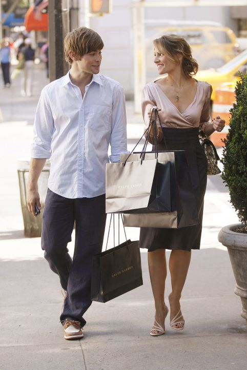Nate (Chace Crawford, l.) versteht sich blendend mit der älteren Catherine (Mädchen Amick, r.) - dennoch möchte er die Affäre möglichst bald beenden... - Bildquelle: Warner Brothers