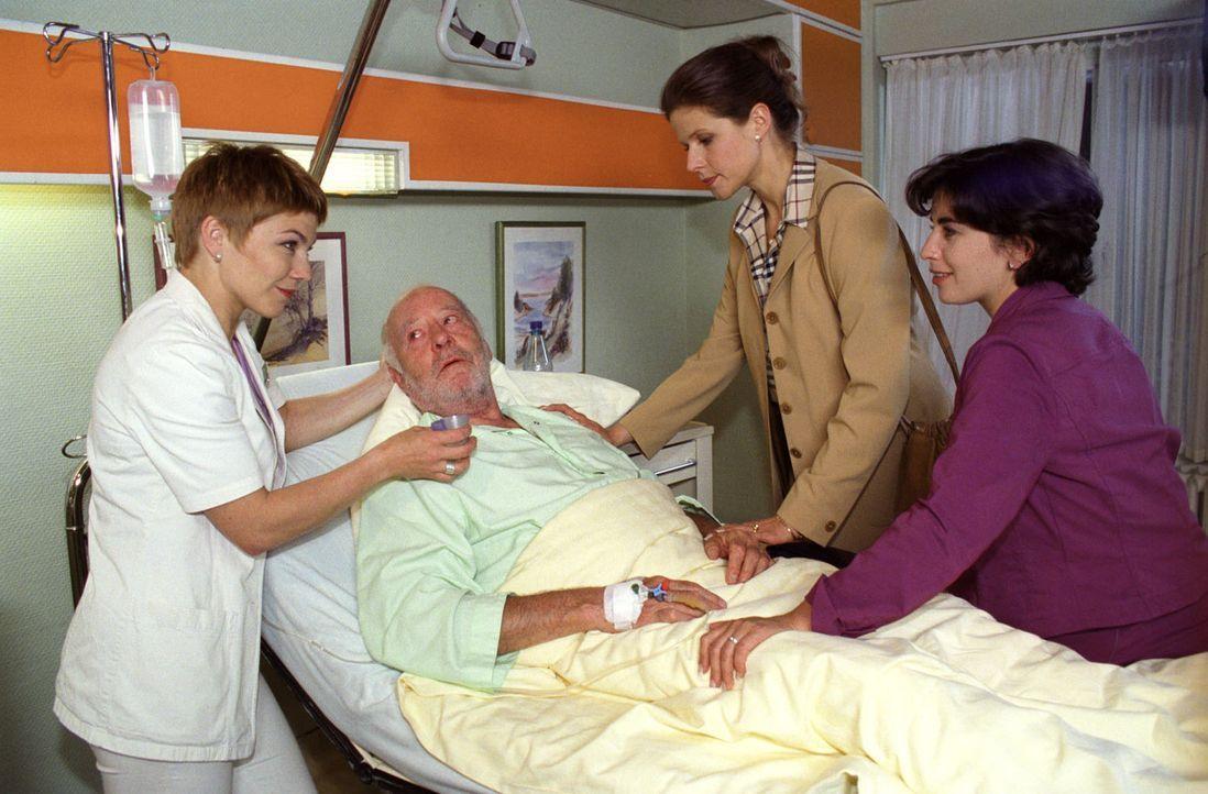 Irene Brünn (Leonore Capell, 2.v.r.) und Ute Merkel (Claudia Weiske, r.) besuchen ihren Vater (Joost Siedhoff, 2.v.l.) am Krankenbett. Weder der alt... - Bildquelle: Noreen Flynn Sat.1
