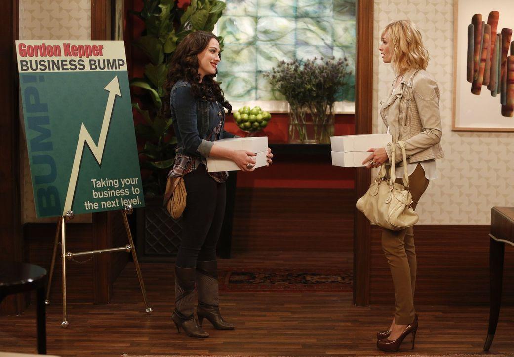 Ein einziges Seminar könnte Max' (Kat Dennings, l.) und Carolines (Beth Behrs, r.) Freundschaft zerstören ... - Bildquelle: Warner Bros. Television