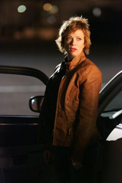 Shepard (Lauren Holly) geht ein großes Risiko ein, als sie sich alleine mit einem Informanten trifft ... - Bildquelle: CBS Television