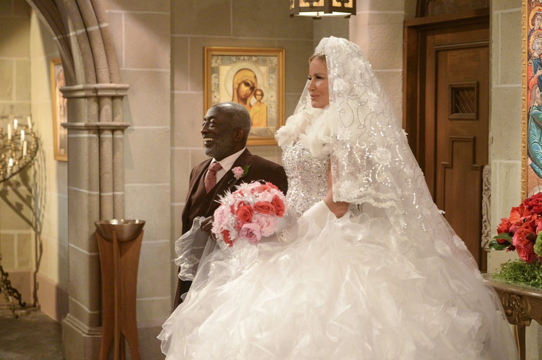 Neben dem pompösen Kleid von Sophie (Jennifer Coolidge, r.) geht Earl (Garrett Morris, l.) beinahe unter ... - Bildquelle: Warner Bros. Television