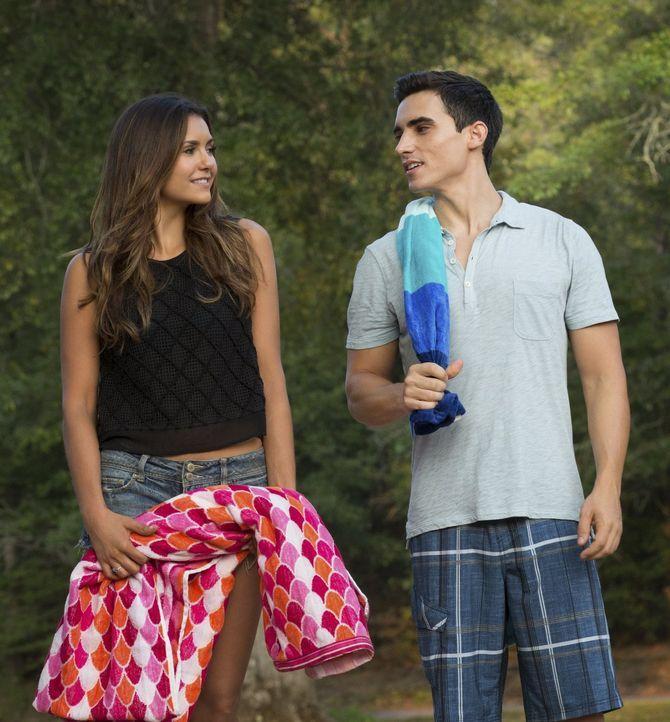 Der smarte Liam (Marco James, r.) findet immer mehr Gefallen an Elena (Nina Dobrev, l.) ... - Bildquelle: Warner Bros. Entertainment, Inc