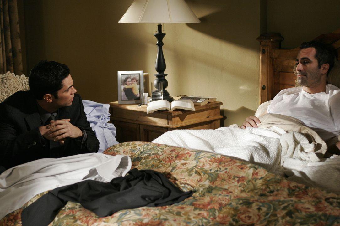Scott (Danny Pino, l.) versucht seinem Bruder Mike (Nestor Carbonell, r.) wieder etwas näher zu kommen ... - Bildquelle: Warner Bros. Television