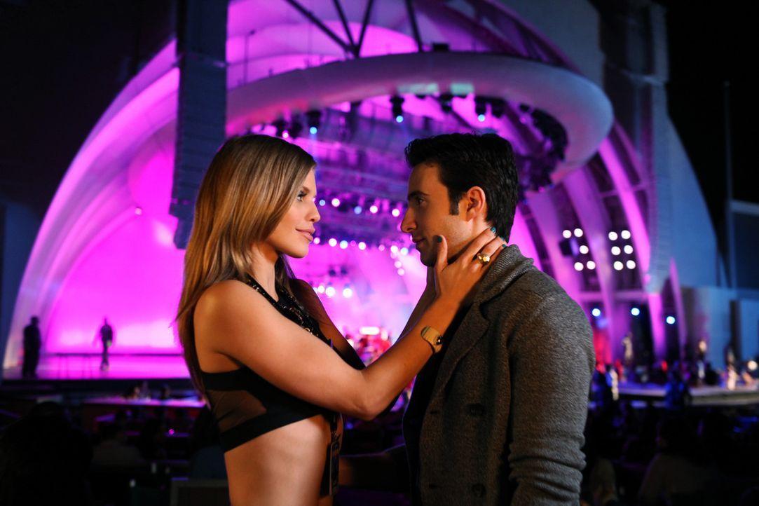 Naomi (AnnaLynne McCord, l.) macht Max (Josh Zuckerman, r.) klar, dass sie auch noch ein eigenes Leben hat. - Bildquelle: 2012 The CW Network. All Rights Reserved.