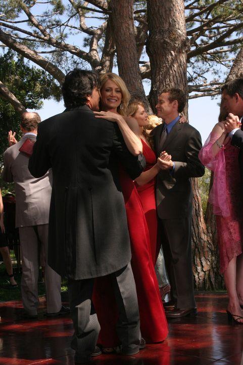 Obwohl sie nicht glücklich über die Eheschließung von Caleb und Julie sind, können Sandy (Peter Gallagher, l.) und Kirsten (Kelly Rowan, r.) den... - Bildquelle: Warner Bros. Television