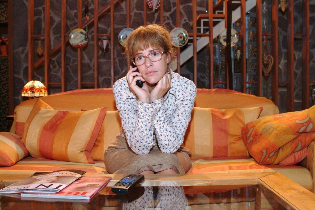 """Lisa (Alexandra Neldel) merkt, als sie mit David telefoniert, dass sie weiterhin selbst die Probleme von """"Kerima"""" lösen muss. (Dieses Foto von Alexa... - Bildquelle: Monika Schürle Sat.1"""
