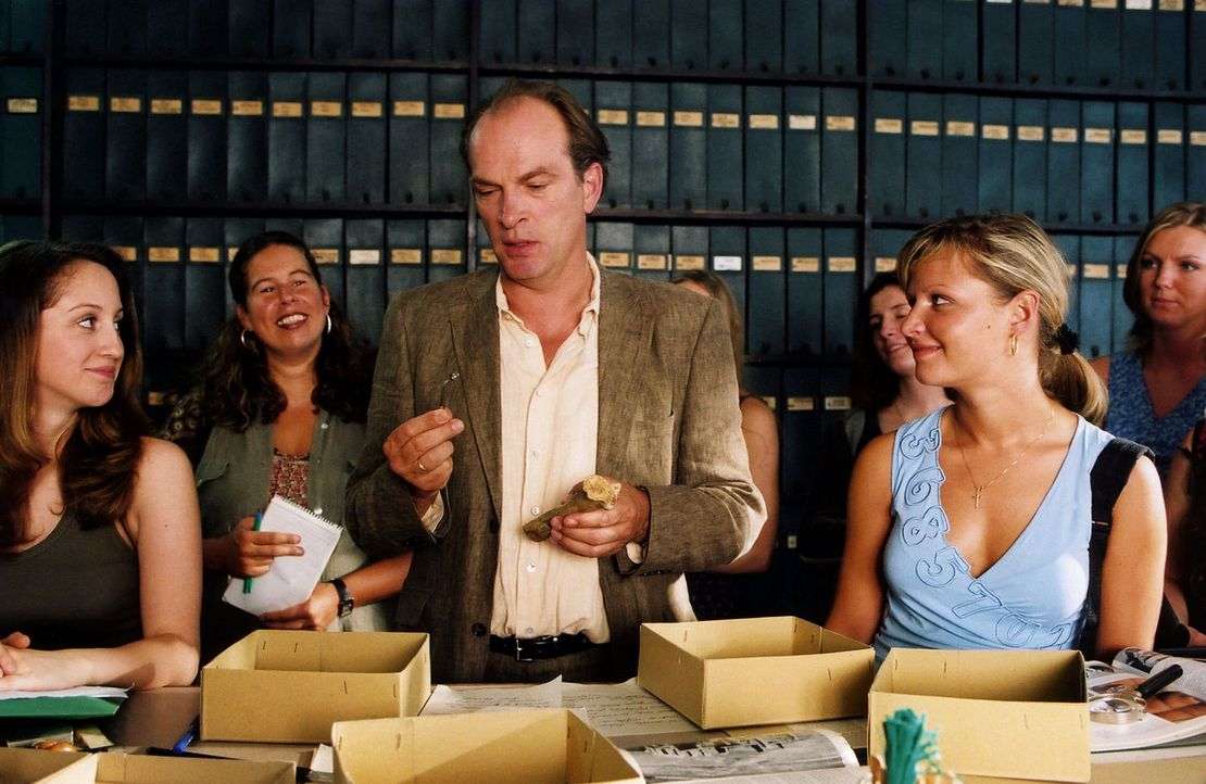 Der Professor (Herbert Knaup, M.) erklärt seinen Fund. - Bildquelle: Volker Roloff Sat.1