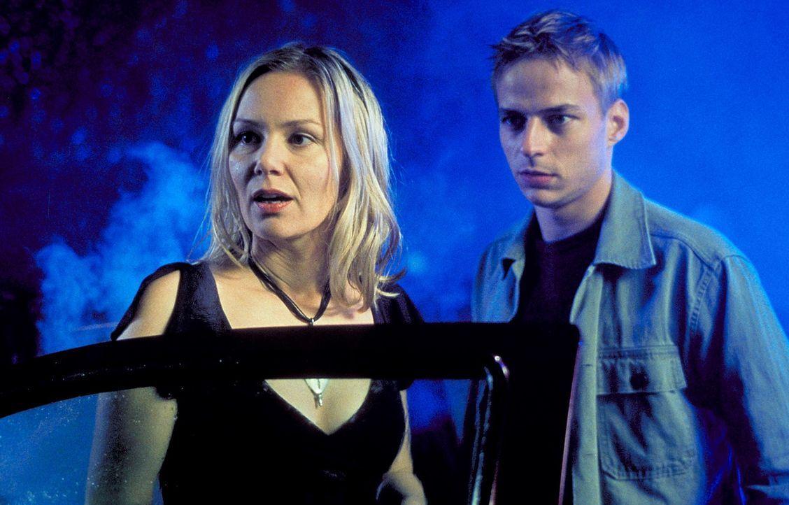 Bei der gemeinsamen Suche nach ihren Partnern kommen sich Sabine (Antje Schmidt, l.) und Stefan (Tom Wlaschiha, r.) ziemlich nah ...