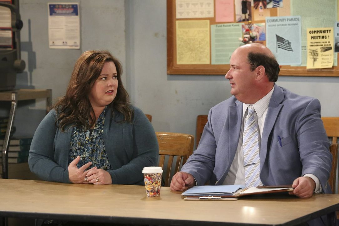 Was haben Molly (Melissa McCarthy, l.) und Mr. Wisney (Brian Baumgartner, r.) vor? - Bildquelle: Warner Brothers