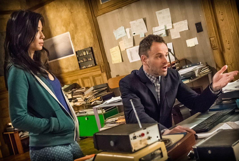 Ermitteln in einem neuen Fall: Sherlock Holmes (Jonny Lee Miller, r.) und Dr. Joan Watson (Lucy Liu, l.) ... - Bildquelle: CBS Television