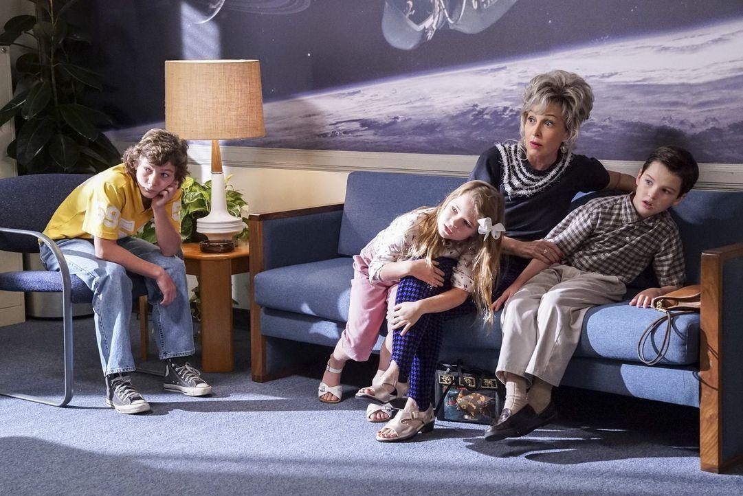 Die ganze Familie macht sich auf den Weg nach Houston, damit Sheldon (Iain Armitage, r.) endlich eine Antwort auf seine wissenschaftliche Arbeit bek... - Bildquelle: Warner Bros.