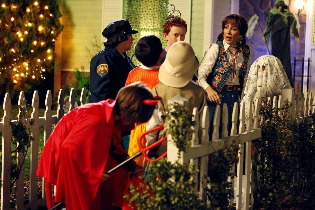 Während Sue durch ihren peinlichen Auftritt auf einer Halloweenparty zur Einsicht gelangt, dass sie dringend ihren Kleidungsstil überdenken muss, ve... - Bildquelle: Warner Brothers