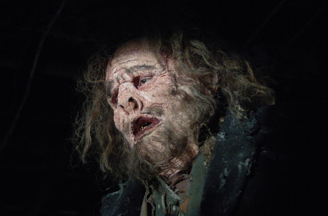 Sam und Dean versuchen das Monster (Darsteller unbekannt) zu vernichten, doch dabei passiert Dean ein fataler Fehler ... - Bildquelle: Warner Bros. Television