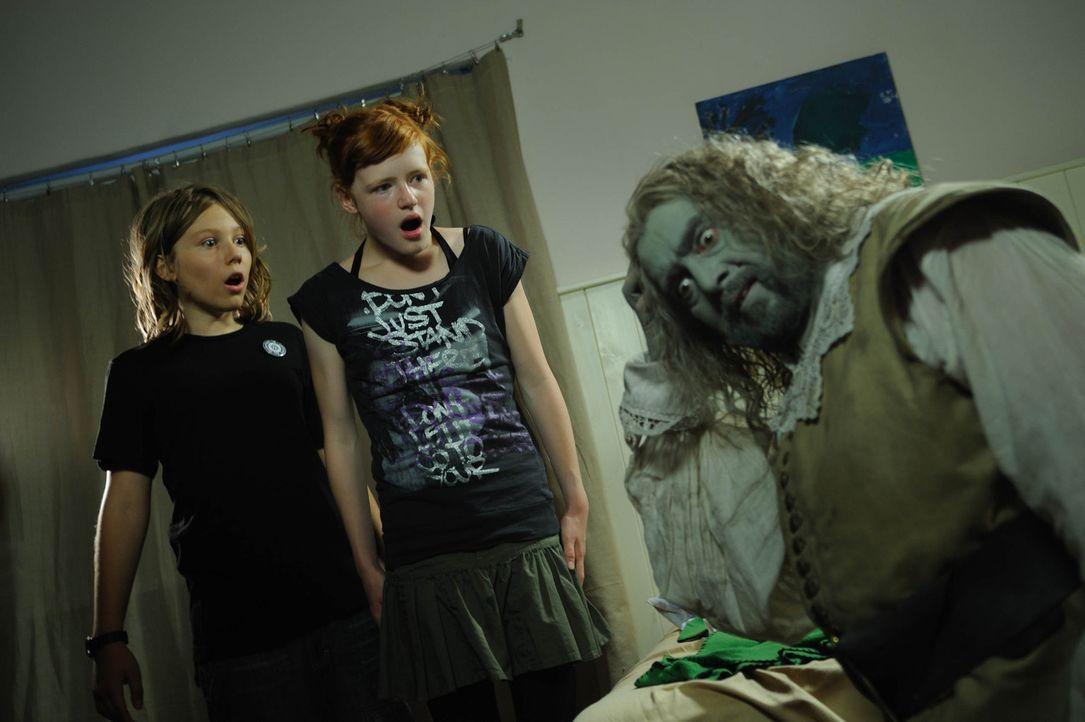 Niko (Tobias Kulzer, l.) und seine Freundin Carla (PAULINA SCHLÄGER, M.) können nicht glauben, was Mops (Alexander Hörbe, r.) schon wieder angest... - Bildquelle: SAT.1