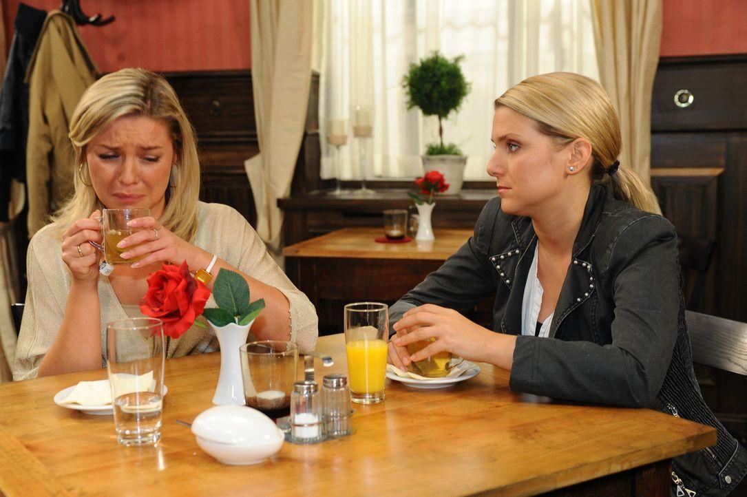 Katja (Karolina Lodyga, l.) versteht nicht, warum Hubertus trotz der Wahrheit, dass da nichts mit Enrique war, weiterhin so abweisend zu ihr ist. Se... - Bildquelle: SAT.1