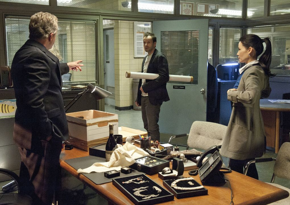 Ein neuer Fall beschäftigt Gregson (Aidan Quinn, l.), Holmes (Jonny Lee Miller, M.) und Joan (Lucy Liu, r.) ... - Bildquelle: CBS Television