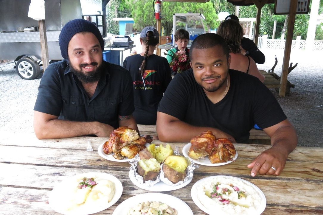 (v.l.n.r.) Tino Feliciano; Roger Mooking - Bildquelle: 2015,Cooking Channel, LLC. All Rights Reserved.