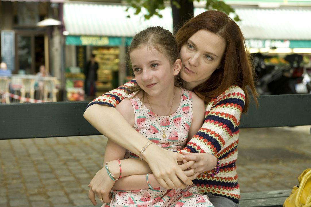 """Ein schon einmal überführter """"Blumenmörder"""" hält Chloé (Odile Vuillemin, r.) auf Trab, während Lili (Fanie Zanini, l.) möglicherweise etwas vor ihre... - Bildquelle: Julien Cauvin 2015 BEAUBOURG AUDIOVISUEL"""