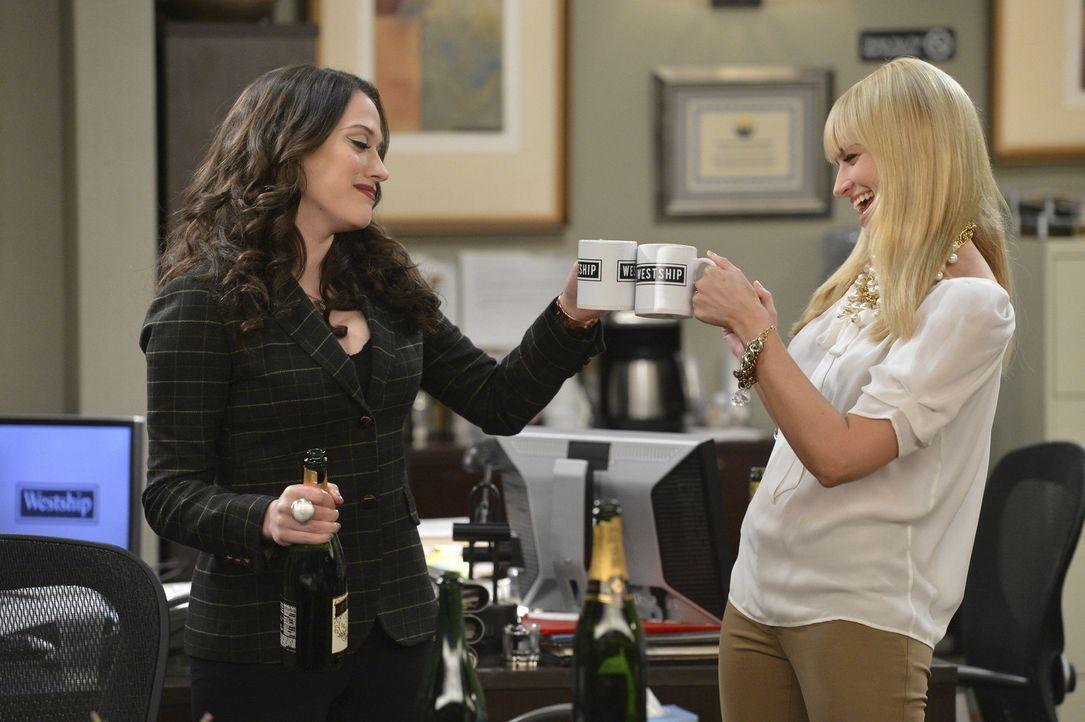Als Caroline (Beth Behrs, r.) und Max (Kat Dennings, l.) ihren neuen Job beginnen, tritt Carolines altes Ich immer mehr in den Vordergrund ... - Bildquelle: Warner Bros. Television
