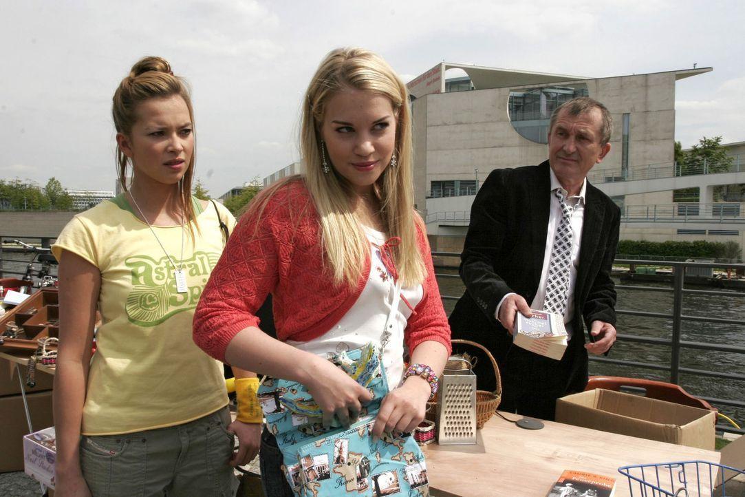 Ungläubig sieht Hannah (Laura Osswald, l.) mit an, wie Kim (Lara-Isabelle Rentinck, M.) auf dem Flohmarkt eine Figur mitgehen lässt. - Bildquelle: Noreen Flynn Sat.1