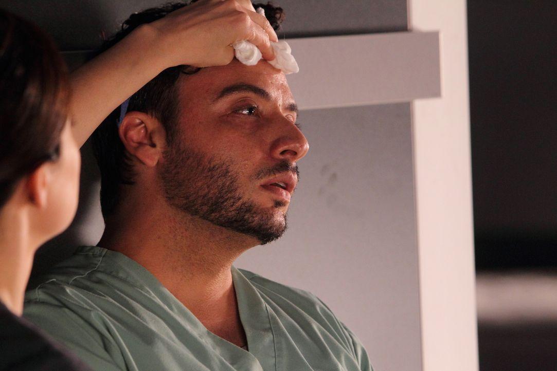 Was ist nur mit Victor Reis (Salvatore Antonio) los? Hat er sich bei einem Patienten angesteckt? - Bildquelle: 2012  Hope Zee One Inc.