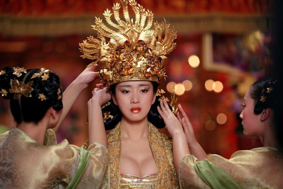 Ahnt, dass ihr Mann blutige Rache nehmen will: Kaiserin Phoenix (Li Gong) hat jedoch keinesfalls vor, ihrem Tod untätig ins Auge zu sehen ... - Bildquelle: TOBIS Film