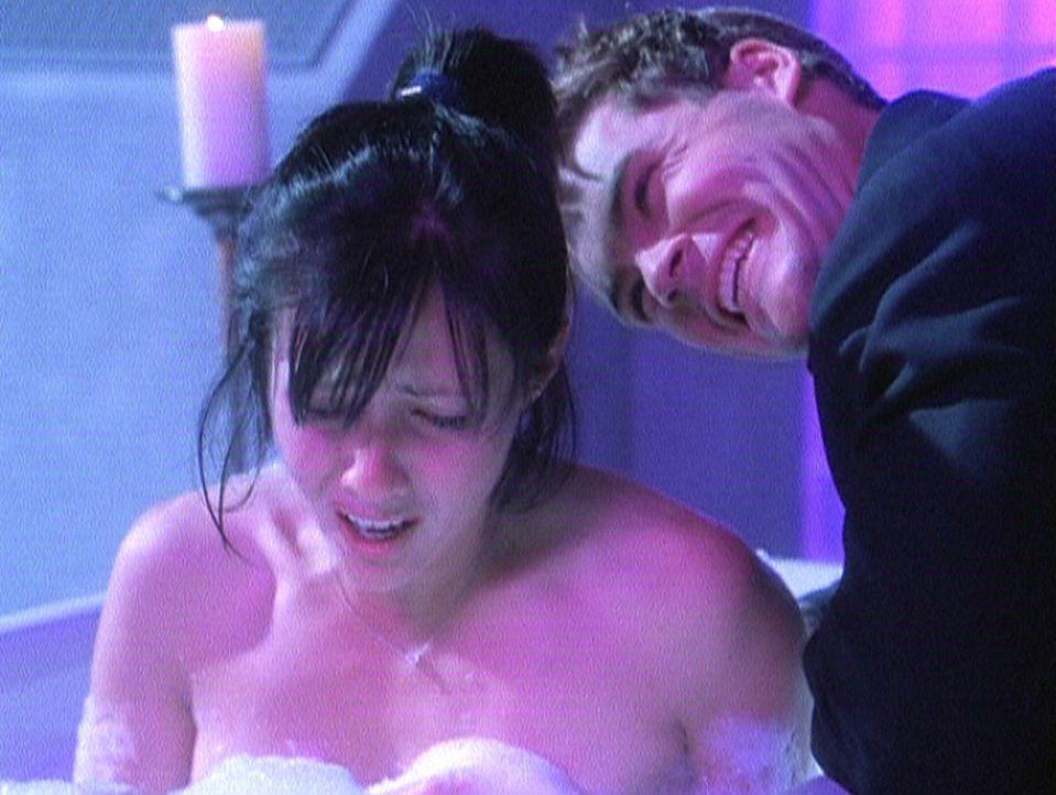 Völlig erschöpft sucht Prue (Shannen Doherty, l.) Entspannung bei einem heißen Bad und schläft ein. In ihrem Traum taucht Berman (Matt Schulze,... - Bildquelle: Paramount Pictures
