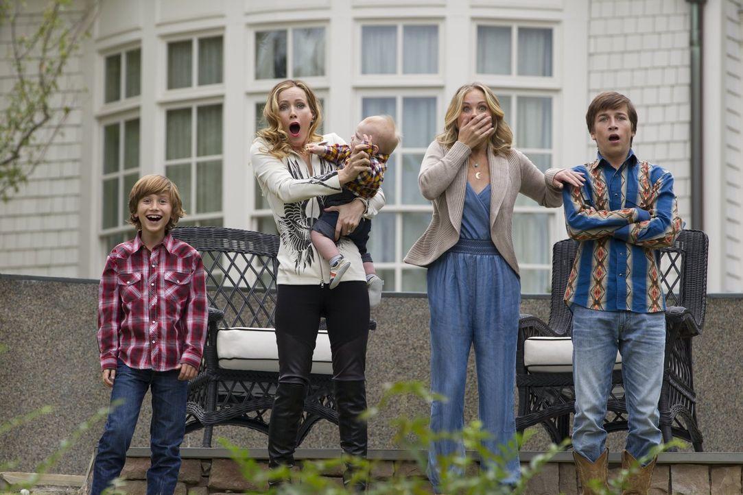 Der Besuch bei Rustys Schwester Audrey (Leslie Mann, 2.v.l.) hält für Kevin (Steele Stebbins, l.), Debbie (Christina Applegate, 2.v.r.) und James (S... - Bildquelle: Warner Bros.