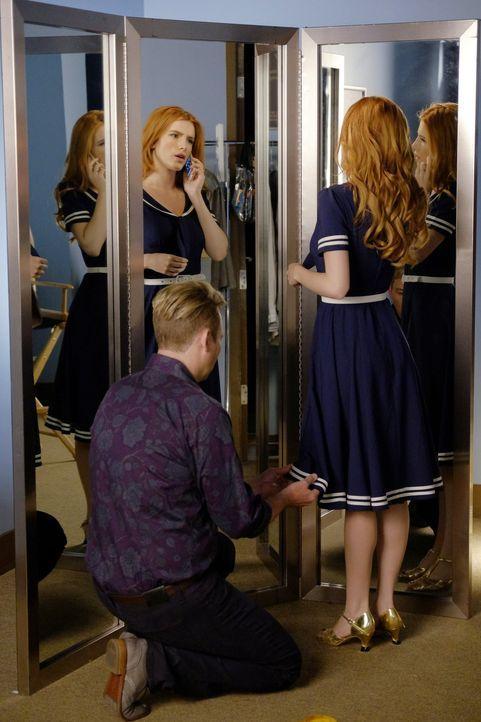 Als Jake ihr von Cassies Nebenverdienst erzählt, fällt Paige (Bella Thorne) aus allen Wolken. Doch dass Cassie auch ein Geschenk von ihr verpfändet... - Bildquelle: Warner Bros.