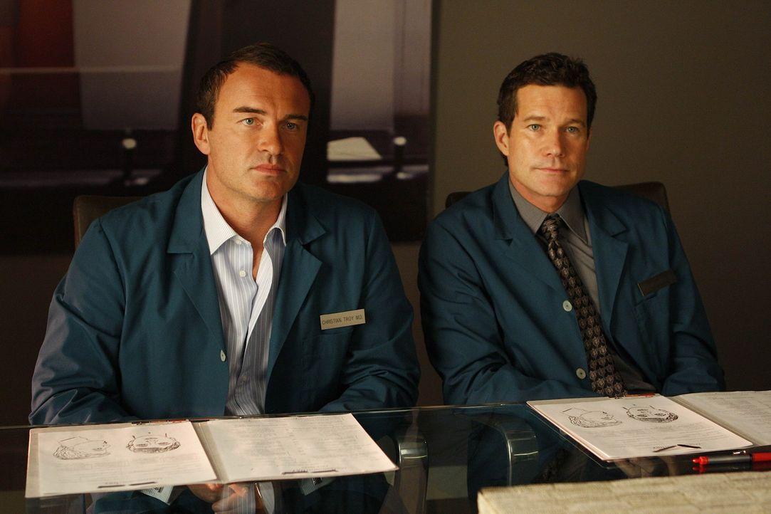 Haben es mit einem ganz speziellen Patienten zu tun: Sean (Dylan Walsh, r.) und Christian (Julian McMahon, l.) ... - Bildquelle: Warner Bros. Entertainment Inc. All Rights Reserved.