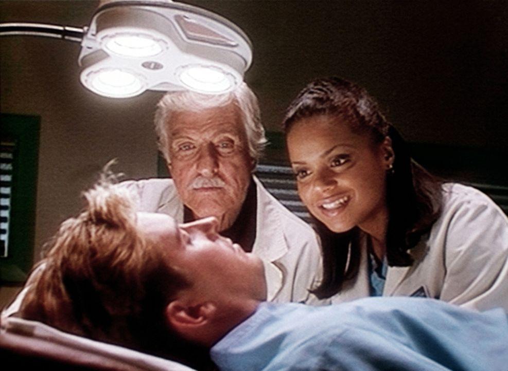 Mark (Dick Van Dyke, M.) und Amanda (Victoria Rowell, r.) amüsieren sich über Jesse (Charlie Schlatter, vorne), der im OP eingeschlafen ist. - Bildquelle: Viacom