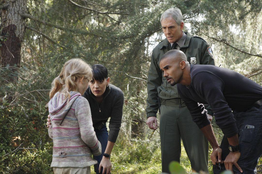 Die kleine Ana (Emily Alyn Lind, l.) konnte ihrem Entführer entkommen. Prentiss (Paget Brewster, 2.v.l.), Morgan (Shemar Moore, r.) und Ranger Walte... - Bildquelle: ABC Studios