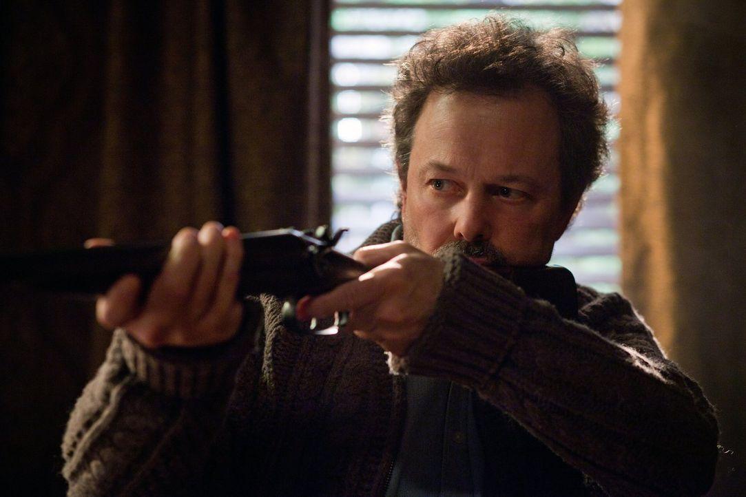 Metatron (Curtis Armstrong) hat wichtige Informationen und will sie um jeden Preis für sich behalten ... - Bildquelle: Warner Bros. Television