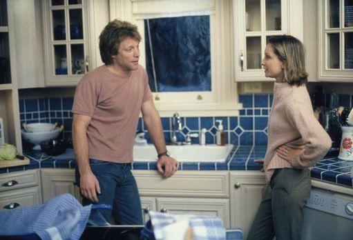 Ally McBeal - Als Victor (Jon Bon Jovi, l.) ihre Erziehungsmethoden kritisier...
