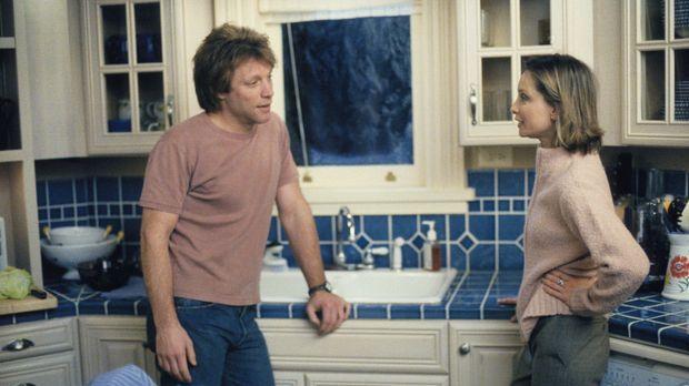 Als Victor (Jon Bon Jovi, l.) ihre Erziehungsmethoden kritisiert, möchte Ally...