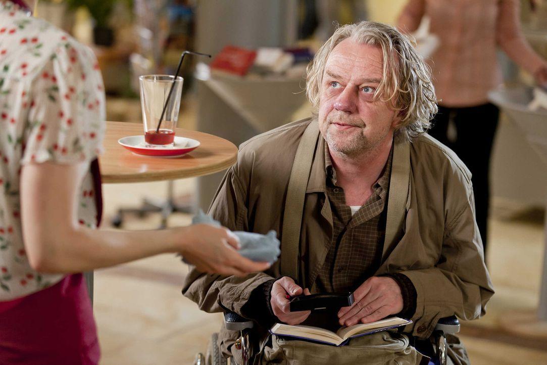 Kurt (Axel Siefer, r.) ist auf der Suche nach den richtigen Lottozahlen und befragt deshalb Bea (Nadja Becker, l.) nach ihrem Traum. Doch wird er da... - Bildquelle: SAT.1