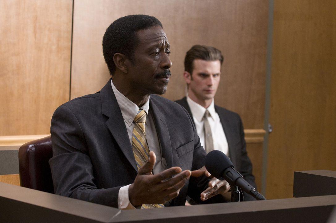 Trotz der überzeugenden Aussage von Norman (Clarke Peters) gewinnt der Baumogul den Prozess ... - Bildquelle: USA Network