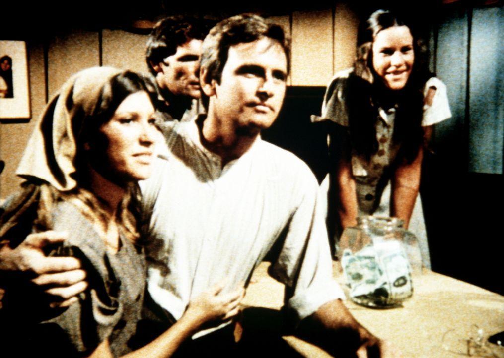 Mary Ellen (Judy Taylor, l.) und der Medizinstudent David (Robert S. Woods, 2.v.l.) geben ihre Verlobung bekannt. - Bildquelle: WARNER BROS. INTERNATIONAL TELEVISION