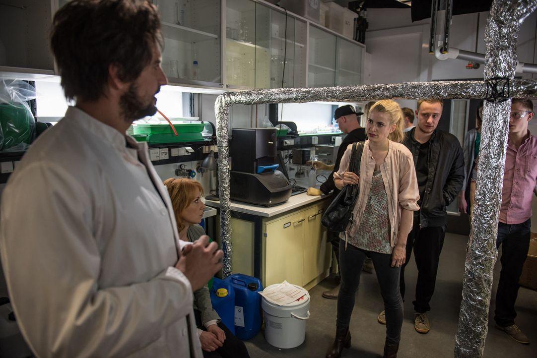 Während Einstein (Tom Beck, l.) und Elena (Annika Ernst, 2.v.l.) einen eiskalten Mörder suchen, versucht Teresa (Merle Collet, M.) mit Schlottmann (... - Bildquelle: Wolfgang Ennenbach SAT.1