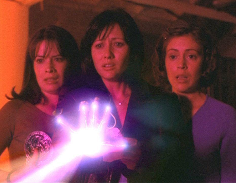 Piper (Holly Marie Combs, l.), Prue (Shannen Doherty, M.) und Phoebe (Alyssa Milano, r.) müssen all ihre Kräfte zusammennehmen, um sich gegen die... - Bildquelle: Paramount Pictures