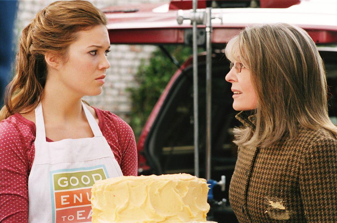Daphne Wilder (Diane Keaton, r.) erteilt ihrer jüngsten Tochter Milly (Mandy Moore, l.) die Lizenz zum Heiraten - und sucht im Internet nach dem id... - Bildquelle: Warner Brothers