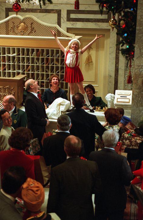Auch in den Weihnachtstagen hält Eloise (Sofia Vassilieva, M.) gemeinsam mit ihrer Schildkröte Skipperdee und dem Hund Weenie das New Yorker Plaza... - Bildquelle: DiNovi Pictures