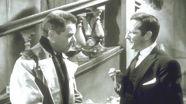 Inspektor Martin (Heinz Drache, l.) hat das Gefühl, dass der Arzt Dr. Stalett...