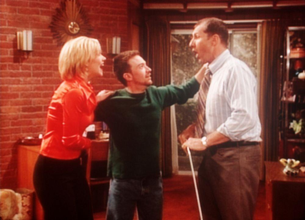 Kelly (Christina Applegate, l.), Bud (David Faustino, M.) und Al (Ed O'Neill, r.) bekommen soeben mitgeteilt, dass sie 10 Millionen Dollar in der Fe... - Bildquelle: Sony Pictures Television International. All Rights Reserved.