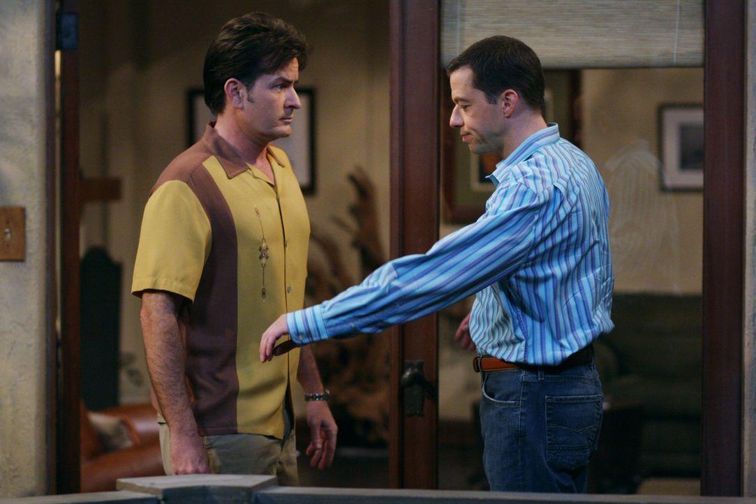 Chelsea ist sauer, weil Charlie (Charlie Sheen, l.) keine Tanzstunden nehmen will und sie Angst hat, sich mit ihm auf dem Hochzeitsparkett zu blamie... - Bildquelle: Warner Brothers