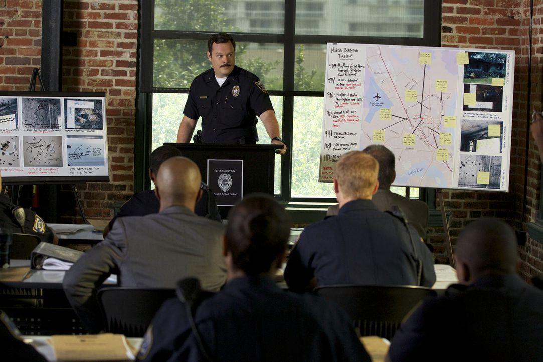 Deputy Chief Know (Michael Gladis, M.) versucht, trotz Anschuldigung gegenüber einigen Kollegen, den Alltag auf dem Revier aufrecht zu erhalten ... - Bildquelle: 2013 CBS BROADCASTING INC. ALL RIGHTS RESERVED.