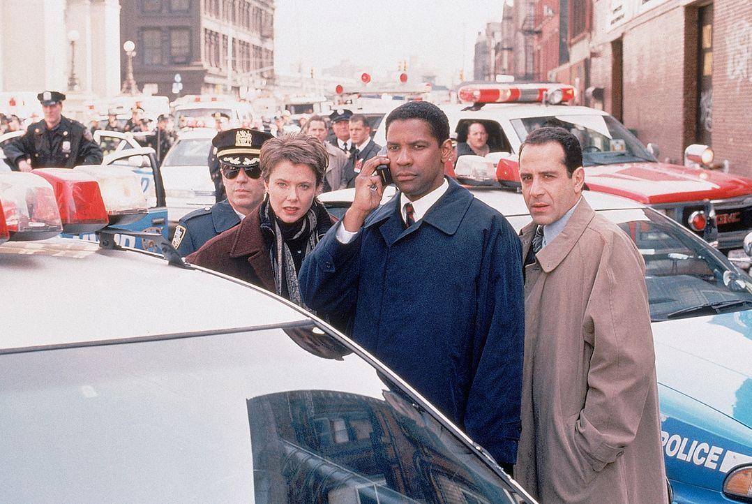 Mit vereinten Kräften müssen Agent Anthony Hubbard (Denzel Washington, vorne M.), Elise Kraft (Annette Bening, vorne l.) und Frank Haddad (Tony Shal... - Bildquelle: 20th Century Fox International Television