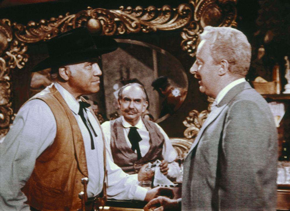 In einer geheimnisvollen Hafenbar versucht Ben Cartwright (Lorne Greene, l.), mehr über die verschwundenen Cowboys herauszufinden ... - Bildquelle: Paramount Pictures