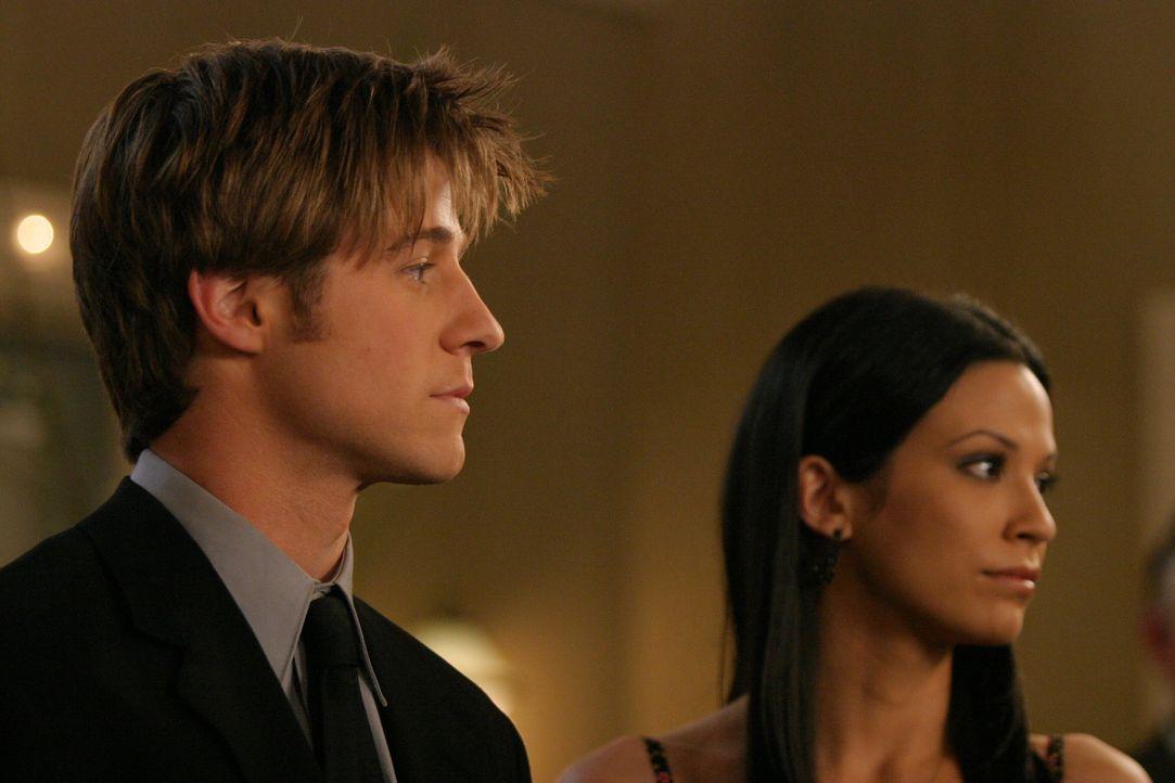 Ist hin- und hergerissen zwischen Marissa und Theresa (Navi Rawat, r.): Ryan (Benjamin McKenzie, l.) ... - Bildquelle: Warner Bros. Television