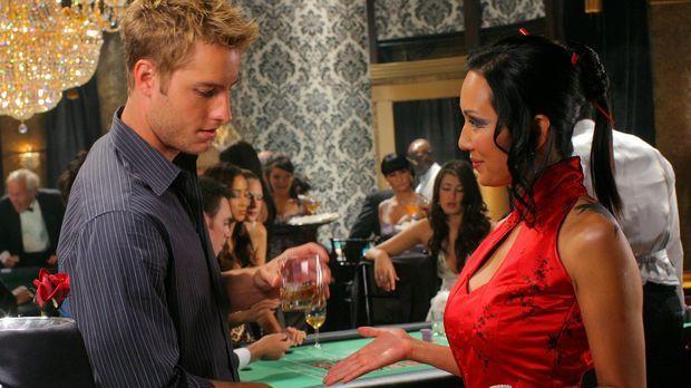 Der Flirt mit der Spielerin Victoria (Steph Song, r.) wird für Oliver (Justin...